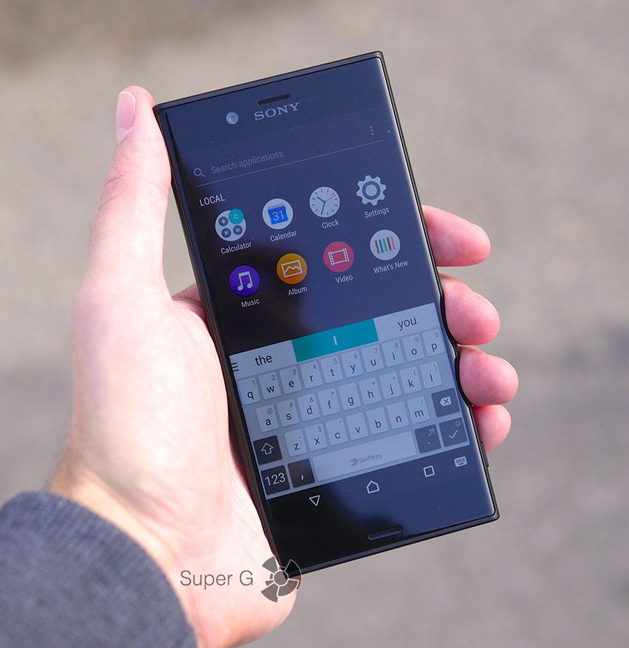 Sony XZs в руке