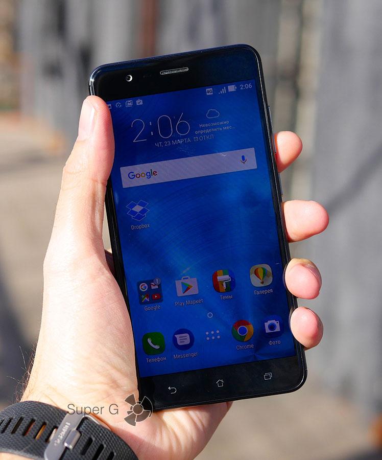 Asus Zenfone 3 Zoom в руках (вид спереди)