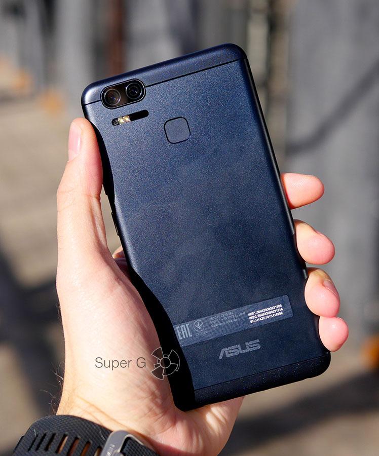 Asus Zenfone 3 Zoom в руках (вид сзади)
