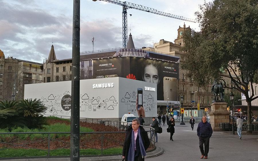 Огромный баннер с рекламой Huawei P10 в центре Барселоны