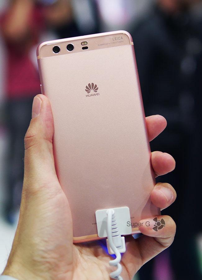 Розовый Huawei P10 (вид сзади)
