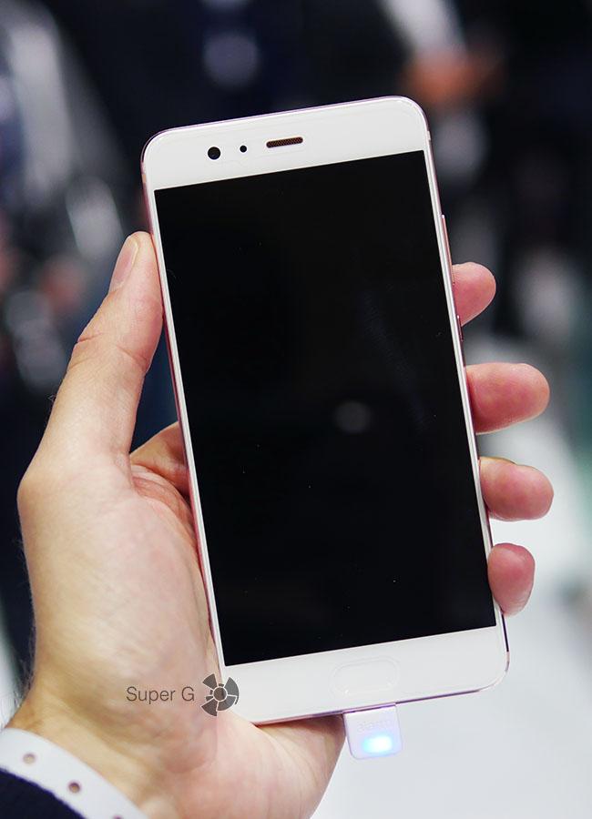 Розовый Huawei P10 (вид спереди)