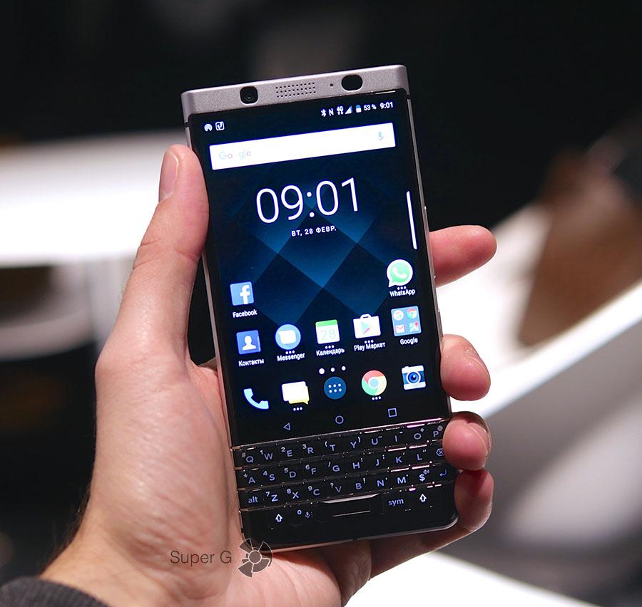 Blackberry KEYone в руке (вид спереди)