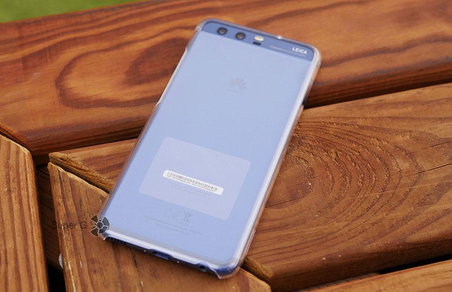 Huawei P10 в чехле из комплекта