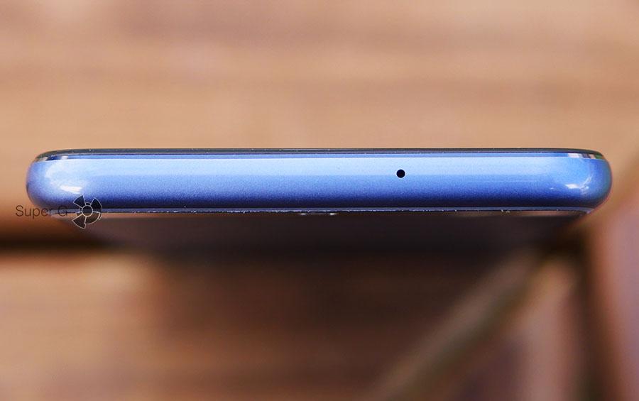 Верхний торец Huawei P10 имеет только микрофон