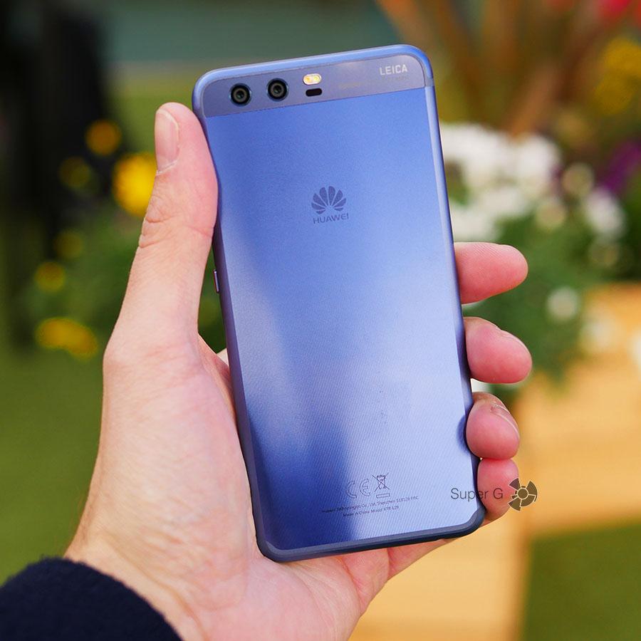 Huawei P10 в руке (вид сзади)