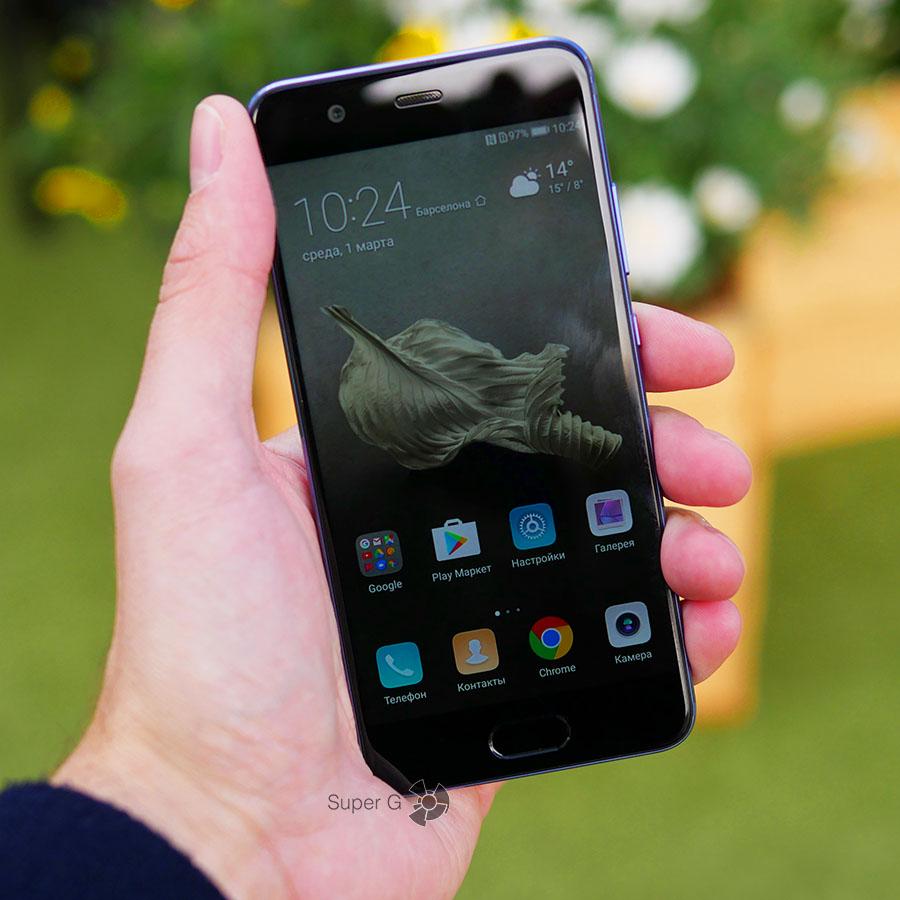Huawei P10 в руке (вид спереди)