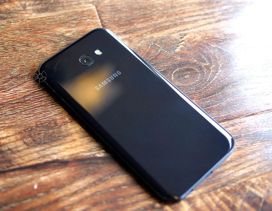 Задняя крышка Samsung Galaxy A7 (2017) после вытирания тряпочкой
