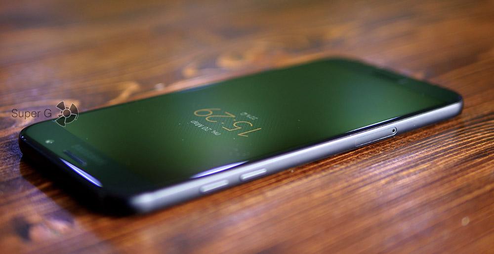 Левый торец смартфона Samsung Galaxy A7 (2017)