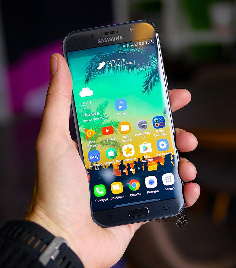 Samsung Galaxy A7 (2017) в руке (вид спереди)