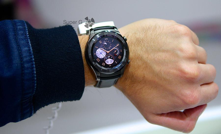Huawei Watch 2 Classic на руке