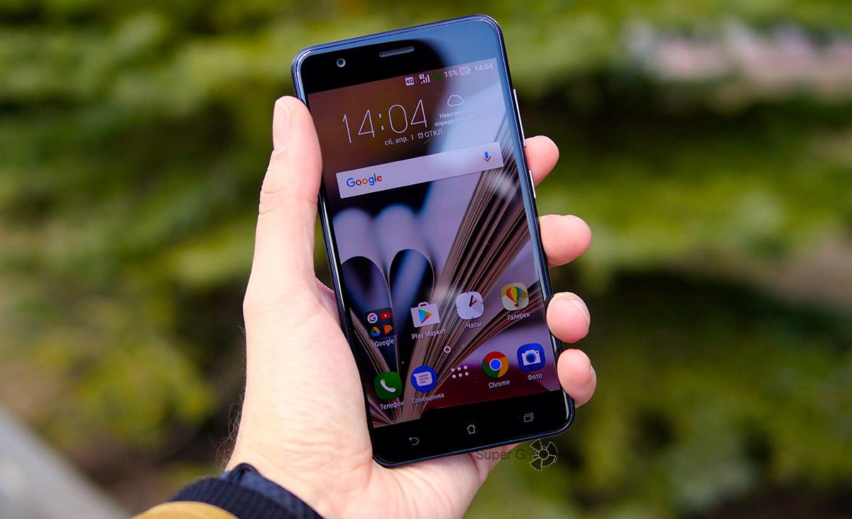 Asus ZenFone 3 Zoom в руке