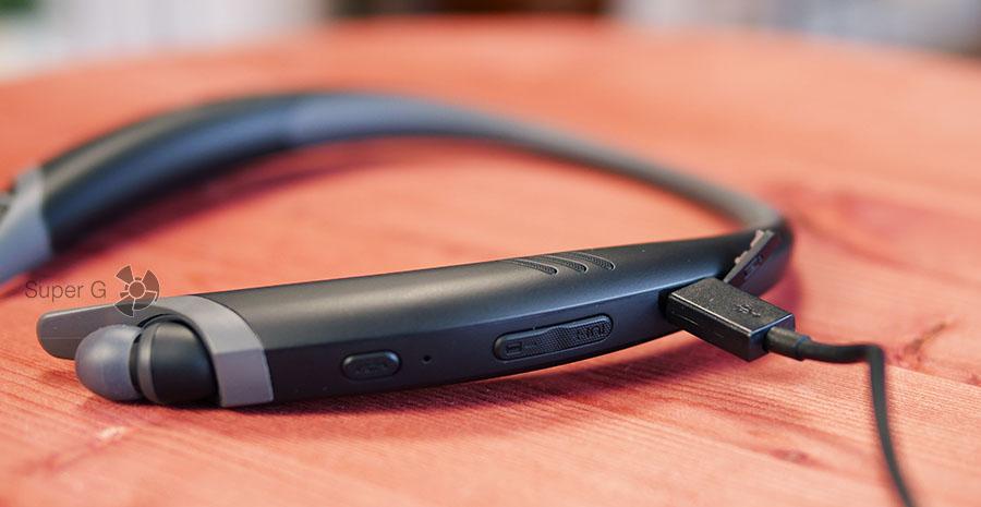 LG TONE Active+ заряжается от Micro USB кабеля (в комплекте есть)