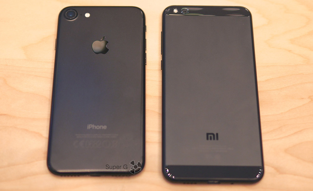iPhone 7 Black слева и Xiaomi Mi 5C справа