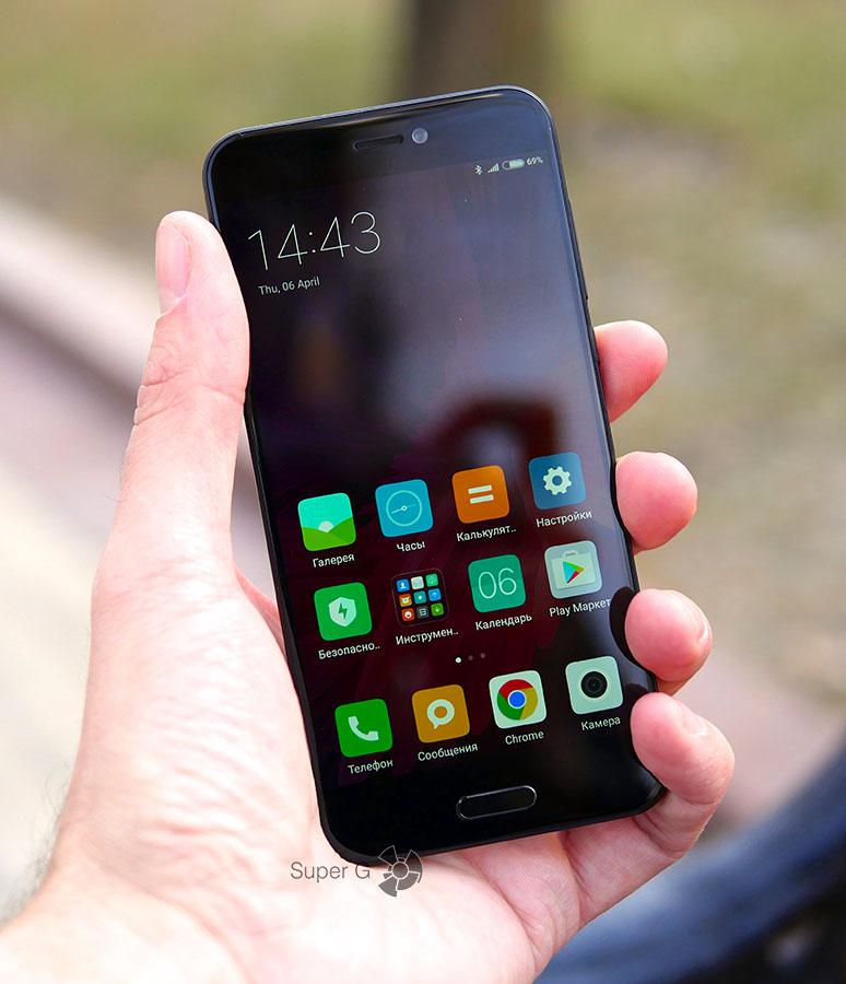 Xiaomi Mi 5C в руке (вид спереди)