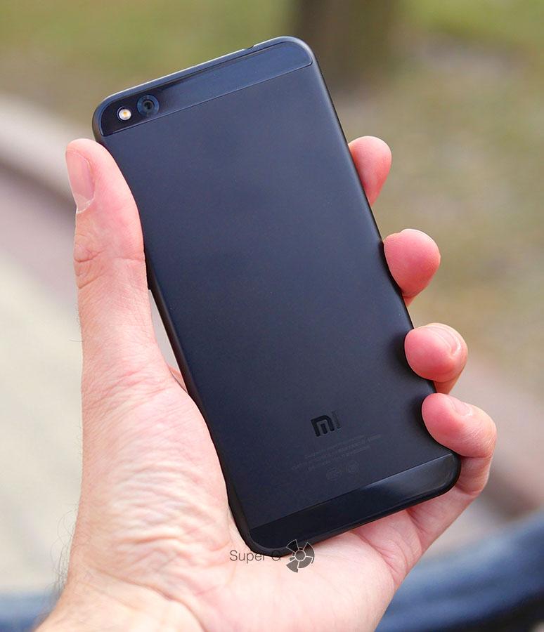 Xiaomi Mi 5C в руке (вид сзади)