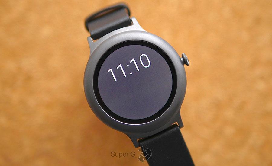 Экран LG Watch Style на основе P-OLED матрицы и это хорошо заметно на сером фоне