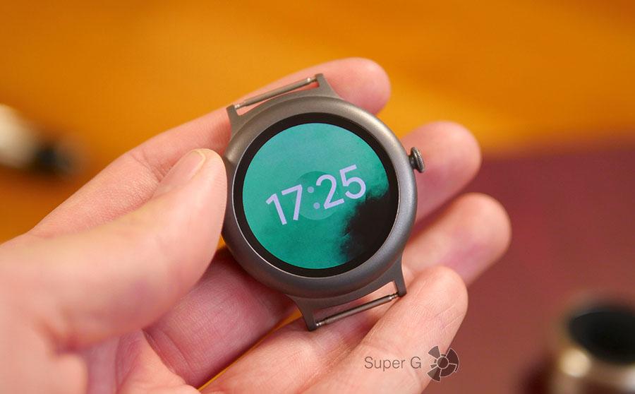 LG Watch Style без ремешков - в руке