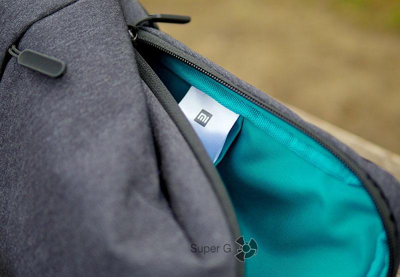 Фирменная эмблема Xiaomi на внутренней поверхности Sling bag