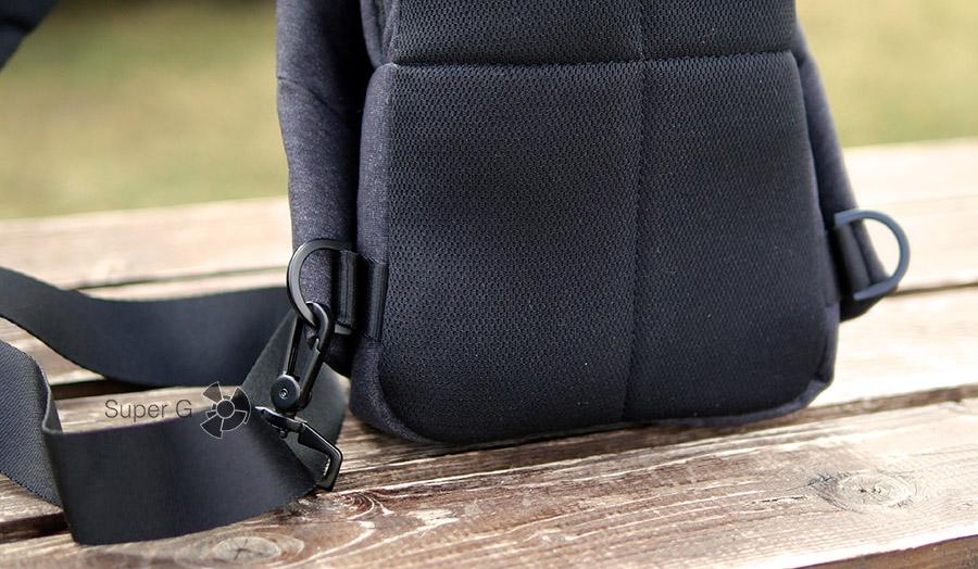 У Xiaomi Sling bag есть две петли, за которые можно цеплять лямку