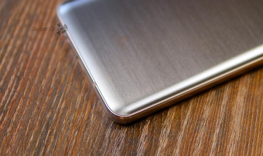 Защитное стекло на задней поверхности LG G6 изогнуто с трёх сторон