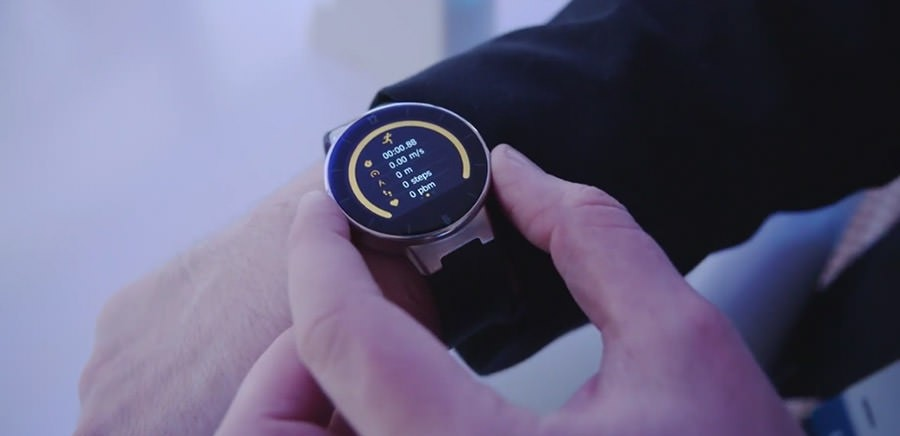 Alcatel OneTouch Watch на руке