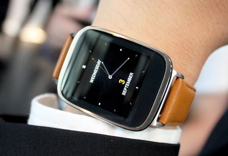 Asus ZenWatch 3 на руке