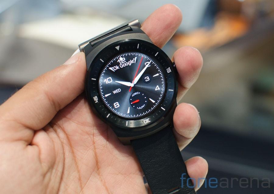 LG G Watch R в руке