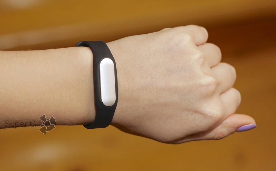 Xiaomi Mi Band на руке
