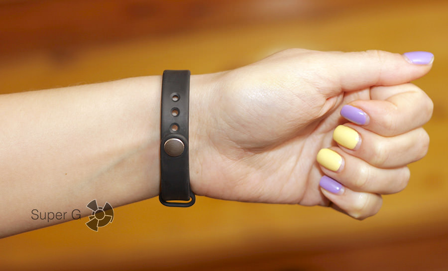Xiaomi Mi Band на руке (с обратной стороны)