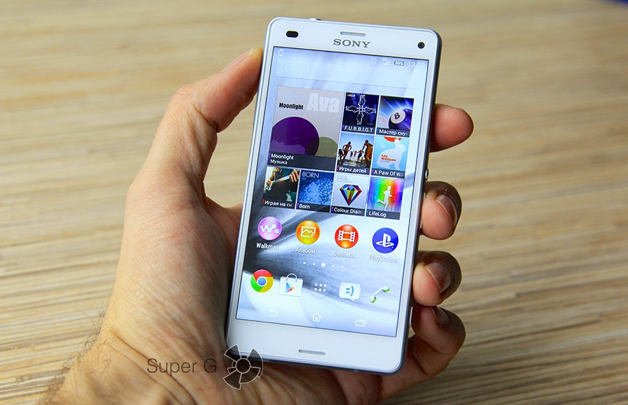 Sony Xperia Z3 Compact в руке