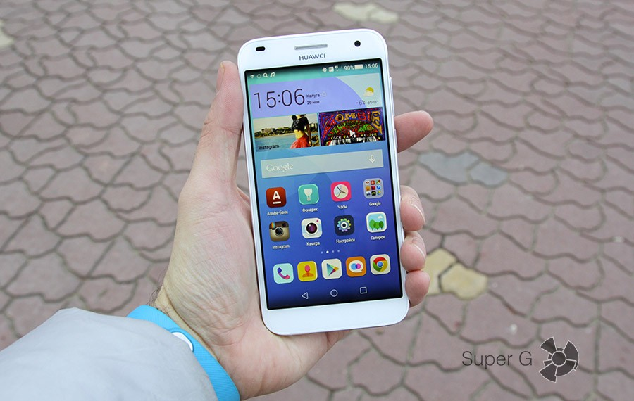 Huawei Ascend G7 в руке