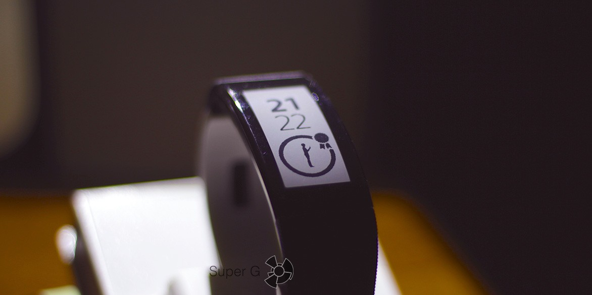 Обзор Sony SmartBand Talk SWR30