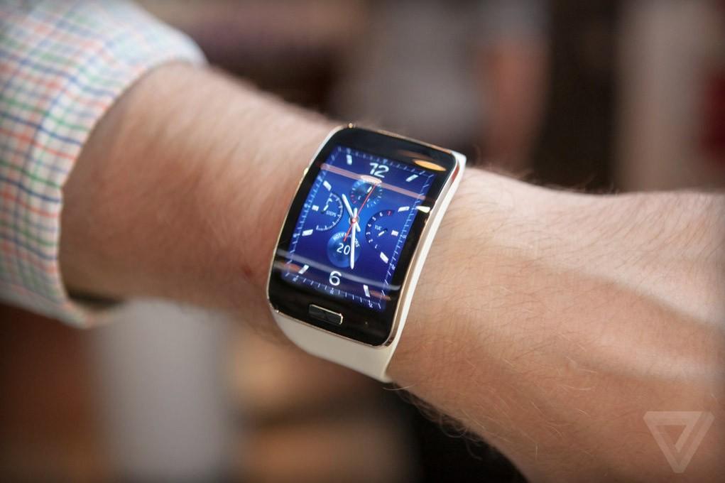 Samsung Gear S (на руке)
